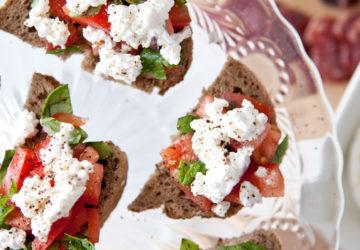 Brød med tomat, basilikum og økologisk cottage cheese